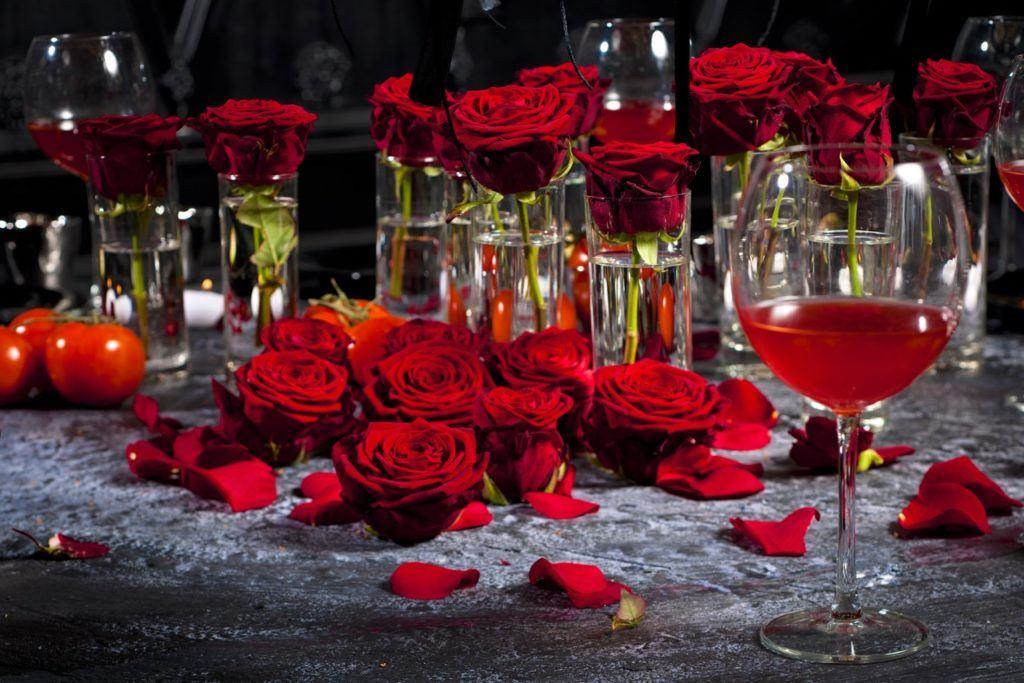 Christmas table arrangements decorations with Porta Nova Red Naomi roses