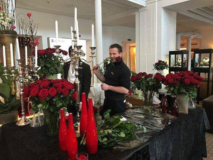 Valentine's Day Porta Nova Bouquet Red Naomi roses 55