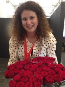 Charlotte Bartholomé met Red Naomi rozen van Porta Nova